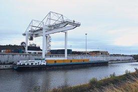 Barge à quai de la plate-forme multimodale et logistique Delta 3